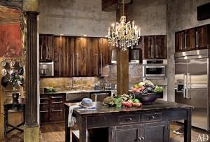 cocina de gerard butler madera reciclada y araña techo cristal estilo Vintage